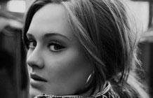 Adele的广告只有歌词和音乐 但大家都知道是她-正当 Adele 和索尼音乐都对新专辑故作神秘、迟迟不发声之时,昨晚英国的选秀节目 X Factor 却在广告时段惊喜发布了一条 Adele 新歌的广告——虽然片中没有任何介绍