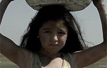 """高露洁公益广告 节约用水-两支交错影片同时播放,在广告最后小女孩拿起盆来接住流掉的水,广告语""""你浪费的两分钟,是她两天生活所需""""                  所属奖项       2015戛纳"""