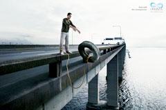 污染环境等于自杀-广告创意用一根绳子把人和物品连接起来,巧妙的表达了污染环境的同时,也是等于自杀。环保和公益一直是我们不断倡导和追求的,但面对日益匮乏的自然和动物资源,还需从最根本的道德