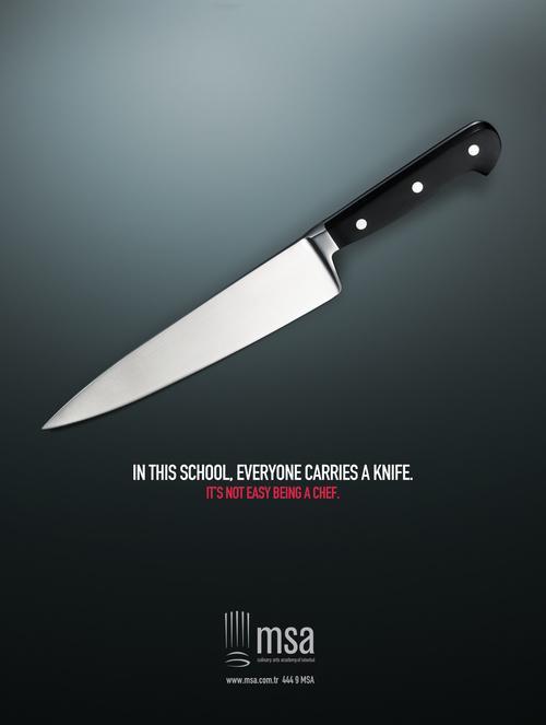 在这间学校,人人都带刀。