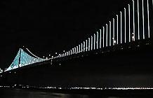 喜力啤酒旧金山大桥海湾之光赞助小广告-2013年的时候,艺术家Leo Villareal在旧金山著名的金门大桥安装了25,000 个由电脑控制的 LED 灯,这个项目被命名为海湾灯光(The Bay Lights),当前这支广告是喜力啤酒作为海湾之光