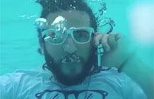 这款手机防水防广告,快看-我们去海边玩,是不是很怕手机掉海里?现在再也不用担心啦,美国加州一家公司宣传成功设计出一款防水手机,不仅防水,还是会漂浮在水里的手机(视频34秒开始)。Comet手机采用安卓系统,