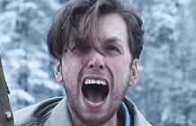 麦当劳无厘头广告系列之 劈叉篇-麦当劳在欧洲市场上上线了America winter产品(下图),在今年的冬季促销活动中,巴黎TBWA请来导演极速风流的导演Ben Gregor拍摄了三支逗逼的冒险故事小伙要过河,明知道独木桥上有雪