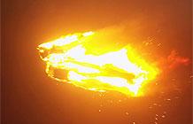 天空一声炸响,出现了一位火焰人