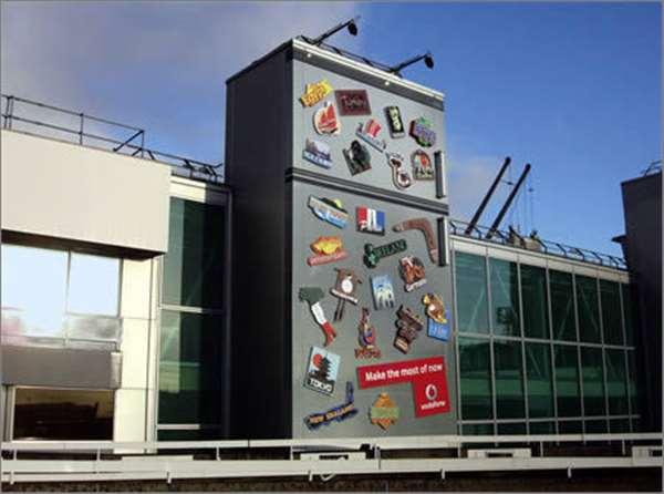 """沃达丰广告。该广告放在伦敦希思罗机场1号航站楼外面,与沃达丰的战略""""抓住今朝""""(Make the most of now)相契合。"""
