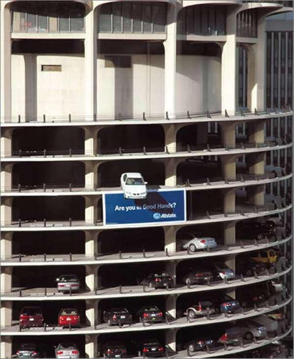 好事达汽车保险广告。这是为好事达汽车保险做的广告,将一部真实的汽车悬挂在芝加哥市中心著名的地标建筑MarinaTowers车库的边缘,摇摇欲坠。如此危险,还是买保险吧。