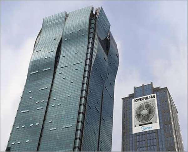 美的风扇广告。上海著名的地标建筑海通证券大厦具有独特的弧形顶部,所以斐思态广告公司将这则广告放在了该大厦对面的大楼上,使人产生错觉,仿佛是美的风扇强大的风造成了对面建筑的波浪形状。