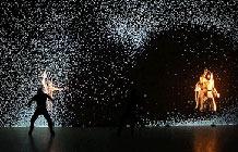 酷炫高科技舞蹈艺术 Pixel-法国艺术团体 Adrien M / Claire B 结合投影艺术及舞蹈打造这个名为Pixel的视觉盛宴.
