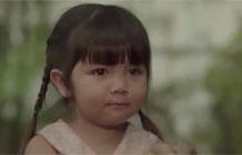 泰国公益广告 烦人的妹妹-不出所料,这又是一则泰国催泪弹。短片讲述了一对儿亲姐妹从小就总有摩擦,在母亲去世多年后只剩姐妹相依为命,但妹妹却学会画浓妆、抽烟、甚至偷拿家里并不多的存款去迪厅和所谓